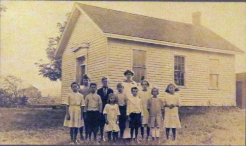 schoolhouse with children in 1914