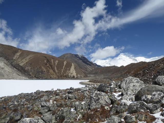lago lungo il gokyo trek