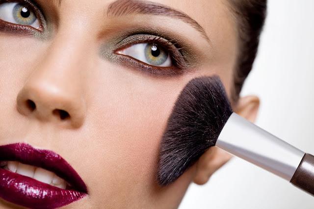 Quem tem pele oleosa sabe que esse tipo de pele é dificuldade de conseguir um bom resultado na maquiagem.