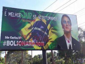 Pichado: Bolsonaro aparece com batom e joias em outdoor instalado