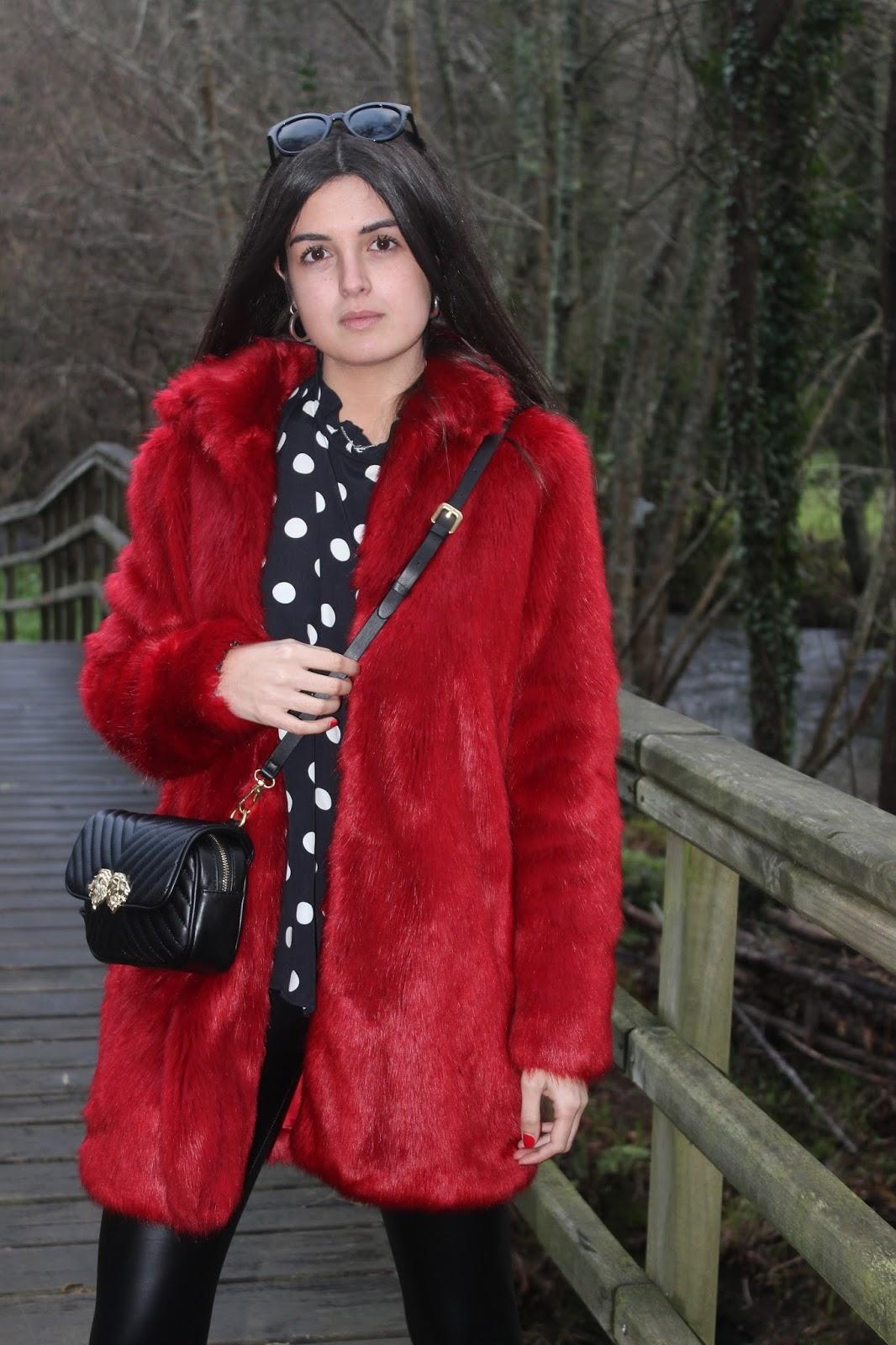 Un abrigo de pelo en color rojo - LLUVIA ÁCIDA f1583b025e938