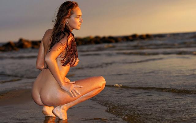 Мокрая, обнаженная, девушка, волосы, спина, попа, ножки, поза, сидит, берег, песок, вода, море, вечер, закат