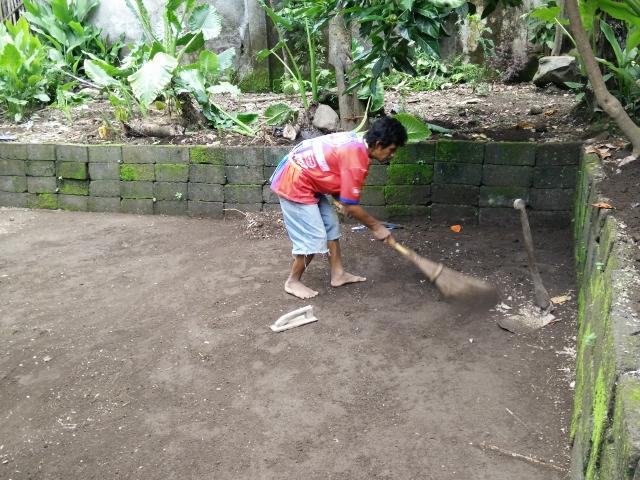 Lantai kolam disapu oleh Punjul supaya semakin bersih