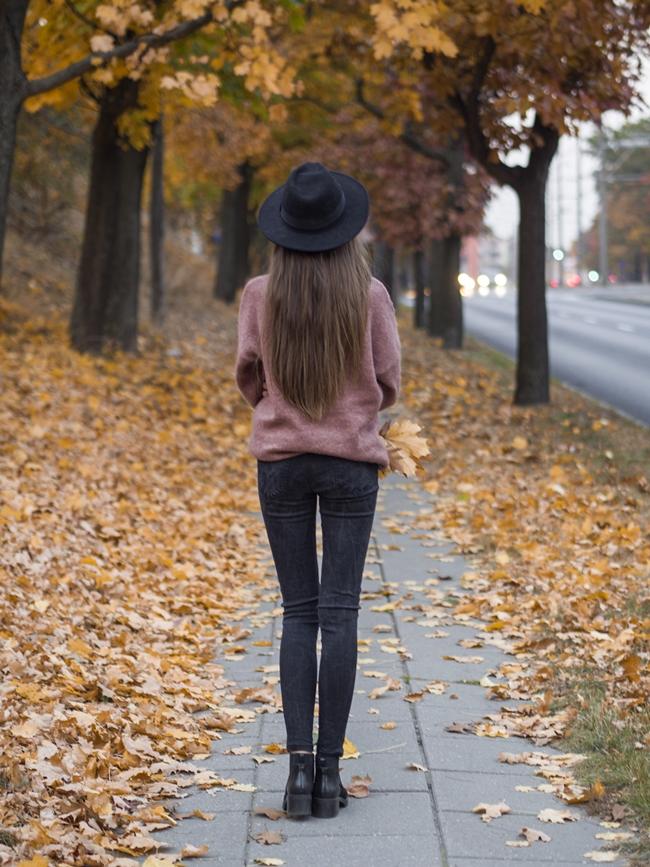 stylizacja z kapeluszem i swetrem