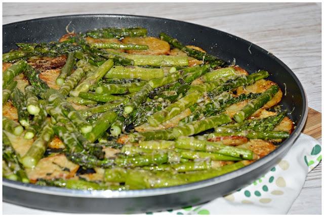 Pieczone ziemniaki i szparagi pod parmezanem