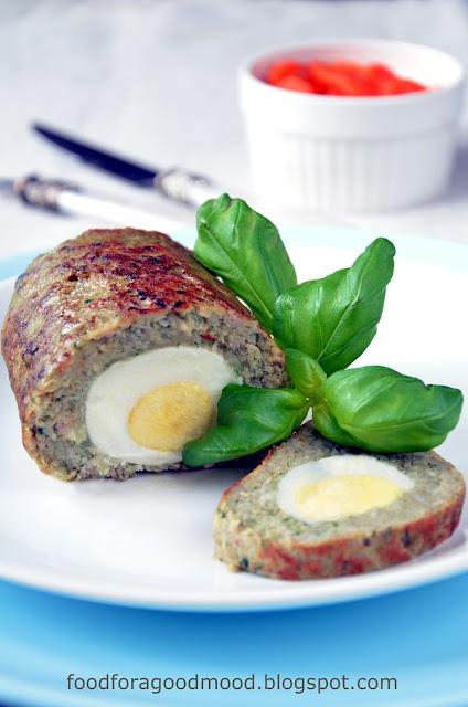 Pieczeń rzymska to przede wszystkim pomysł na pyszny obiad, a jednocześnie świetna alternatywa dla zwykłych kanapek. Plaster zimnej pieczeni w chrupiącej bułce, w towarzystwie kiszonego ogórka i sosu chrzanowego z koperkiem, to jest dopiero tzw. wypas! :)  Ale wróćmy do wersji obiadowej ;) Można z sosem, można bez, ale nie obejdzie się bez pieczonych ziemniaczków i mojej ulubionej maślanej marchewki z tymiankiem.