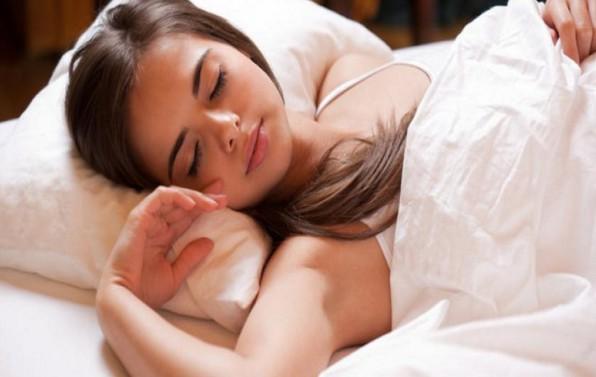 Melepas celana dalam saat tidur sangat dianjurkan bagi cewek
