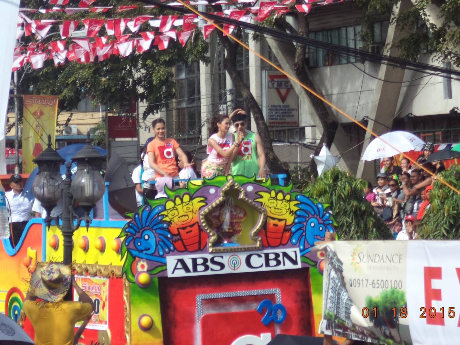 Recently reconciled actresses kim chiu and maja salvador hit the sinulog 2015 festival scene with former ina kapatid anak co star enchong dee