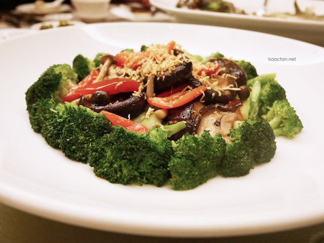 Braised Mushroom and Assorted Vegetables with Conpoy Sauce