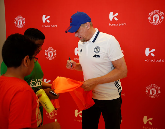 Peter Schmeichel signing water flasks and Manchester United shirts to gi...