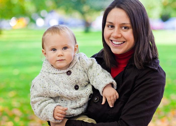 mulher segurando seu filho nas mãos