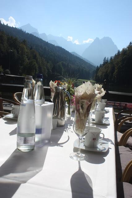 Kaffeetafel, Pastell und Vintage Hochzeit in zarten Regenbogenfarben, Riessersee Hotel, Garmisch, Bayern, vintage lake-side wedding in pastel colours, Germany, Bavaria, wedding destination