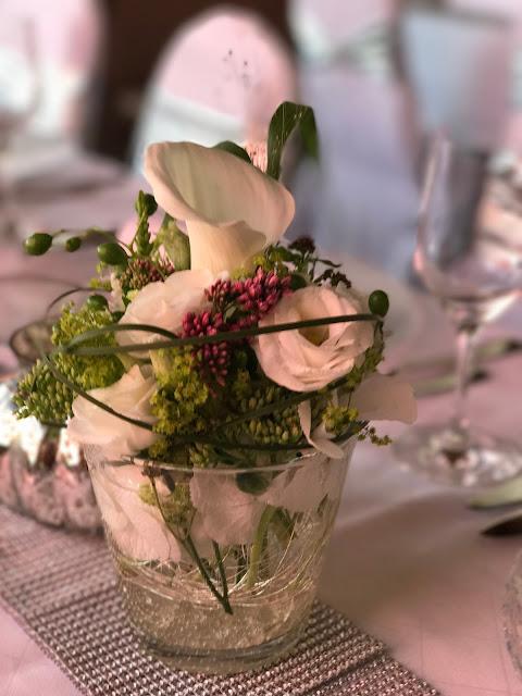 Blumenarrangements mit Calla Tischdekoration mit Silberleuchtern und Glitzer, 4 Hochzeiten und eine Traumreise 2.0 im Riessersee Hotel Garmisch-Partenkirchen, Traumlocation am See in den Bergen, 2017