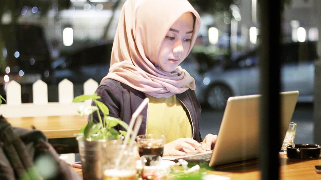 cara menjadi beauty blogger vlogger indonesia terkenal populer sukses terbaik review produk kecantikan kosmetik makeup artist