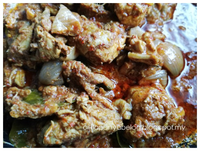 Bahan-bahan :     1 ekor ayam dipotong sederhana besar dan dibersihkan.   1 labu bawang besar dihiris.  4-5 ulas bawang putih dihiris.   1/2 inci halia dihiris.   1 senduk cili giling. (ikut kepedasan yang korang suka).   1 sudu besar serbuk lada hitam.   1 sudu besar serbuk rempah kari.   Beberapa helai daun limau purut.   Sedikit minyak untuk menumis, garam, gula dan perasa (kalau perlu).
