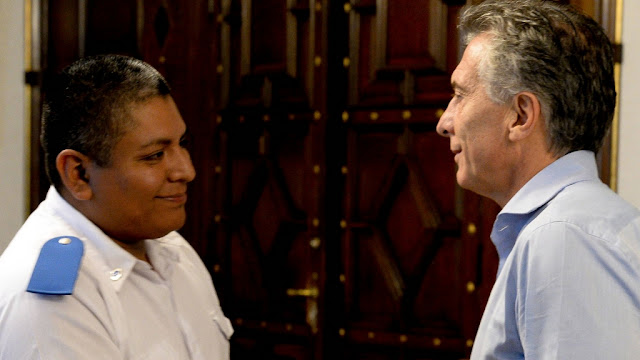 Macri recibió al policía Luis Chocobar que protegió a un turista de un violento asalto en La Boca