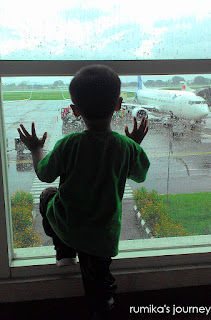 Boo di Bandara Adi Sumarmo Solo . Melihat runway hujan.