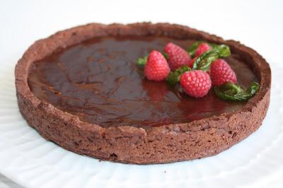 Torta ai lamponi con frolla al cioccolato e e marmellata di rosa canina