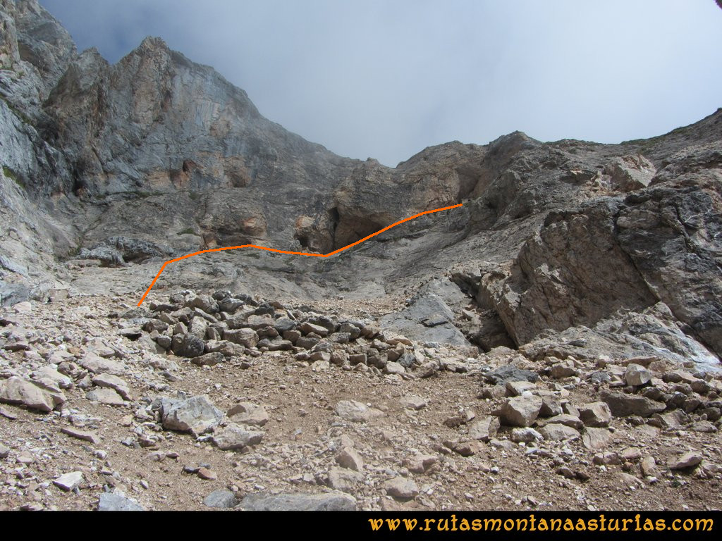 Ruta Vegas del Toro, Canal del Vidrio, Peña Vieja, Urriellu: Camino a la caseta de la mina en la canal del vidrio