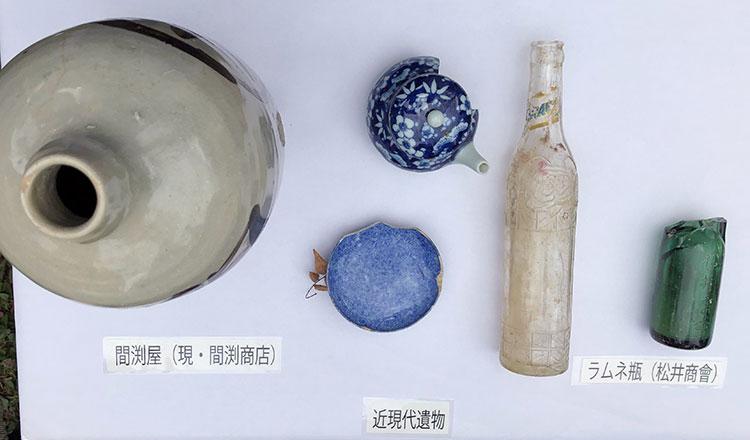 浜松城跡地から発掘された近現代遺物にはラムネやサイダーの瓶も見られる(2018年11月3日撮影)