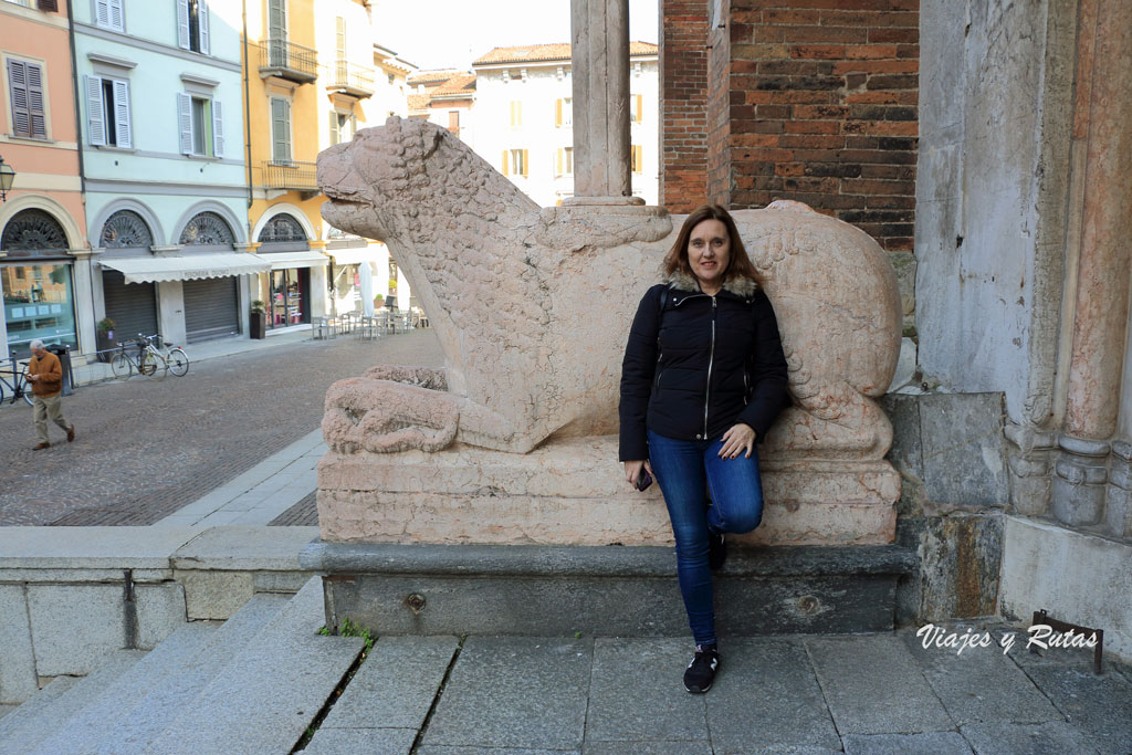 León de entrada de la Fachada lateral de la catedral de Cremona