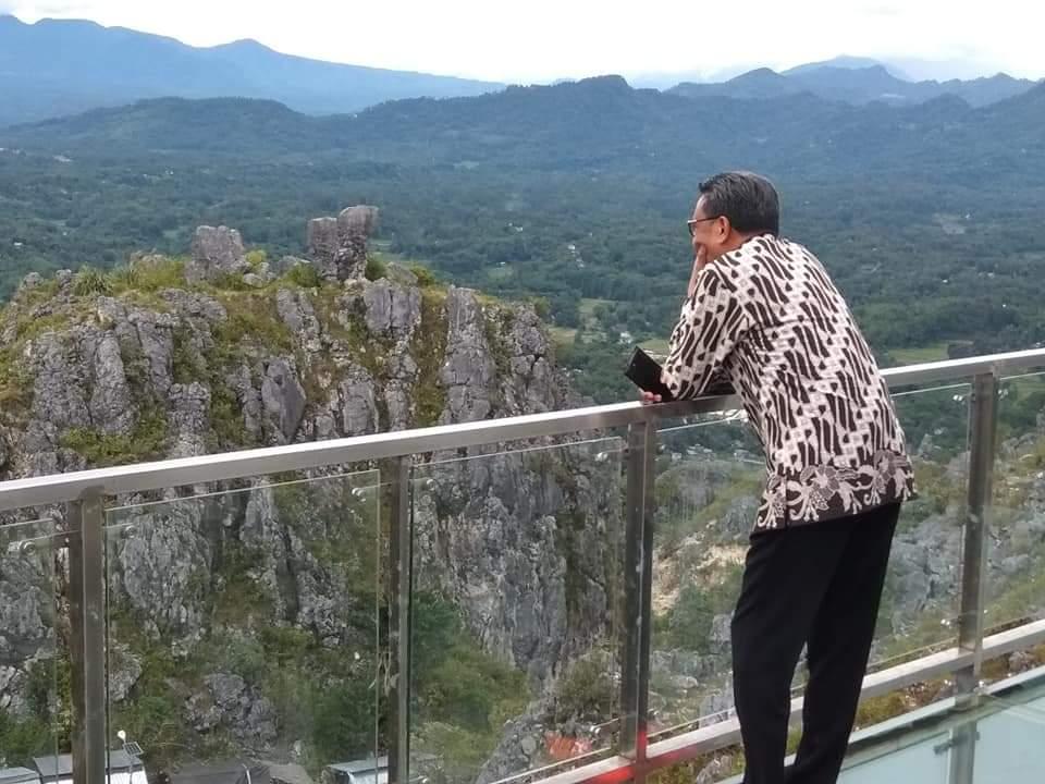 [FOTO] Gubernur Sulsel Berjalan di Jembatan Kaca Burake Sambil Menikmati Panorama Alam Toraja
