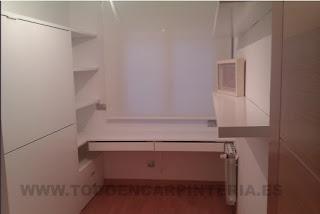 Habitación lacada de color blanco con cama abatible horizontal.