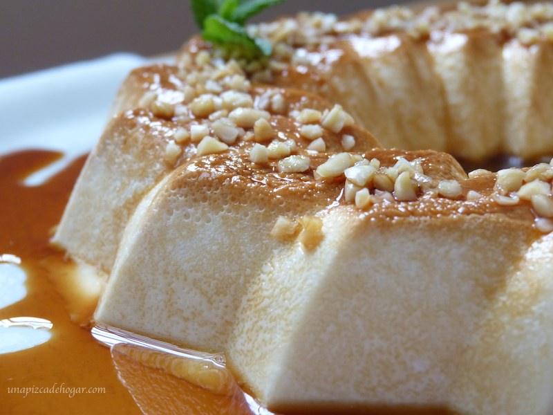 primer plano de tarta de queso con caramelo y almendra