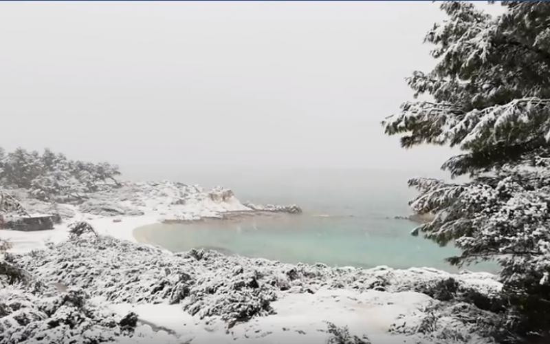 Πανέμορφες οι χιονισμένες «Καβουρότρυπες» στη Χαλκιδική (VIDEO)