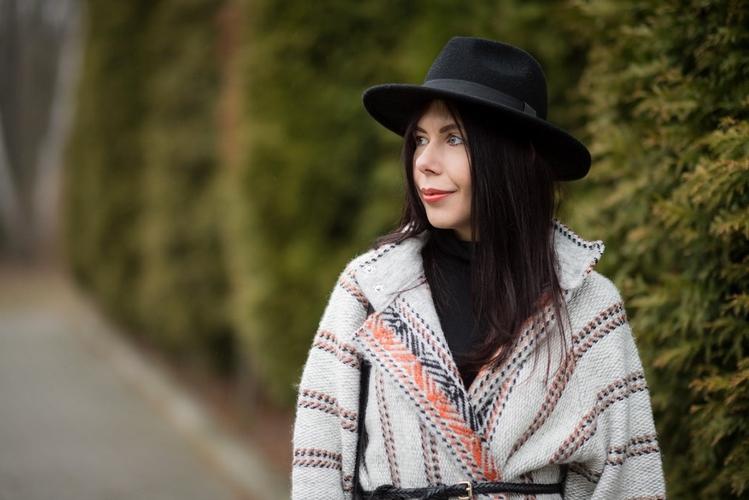 wełniany płaszcz etniczne wzory blog o modzie stylizacja boho kapelusz fedora blogerka