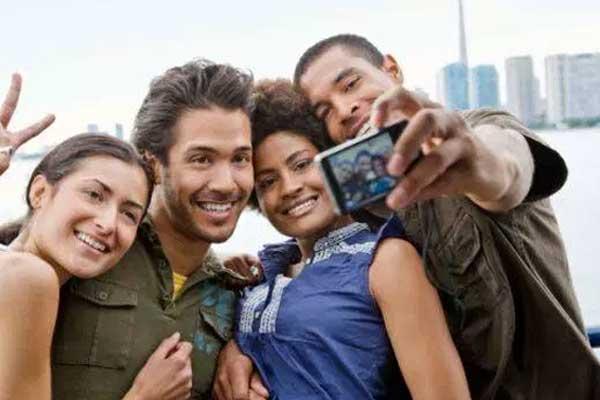 amigos tirando selfie