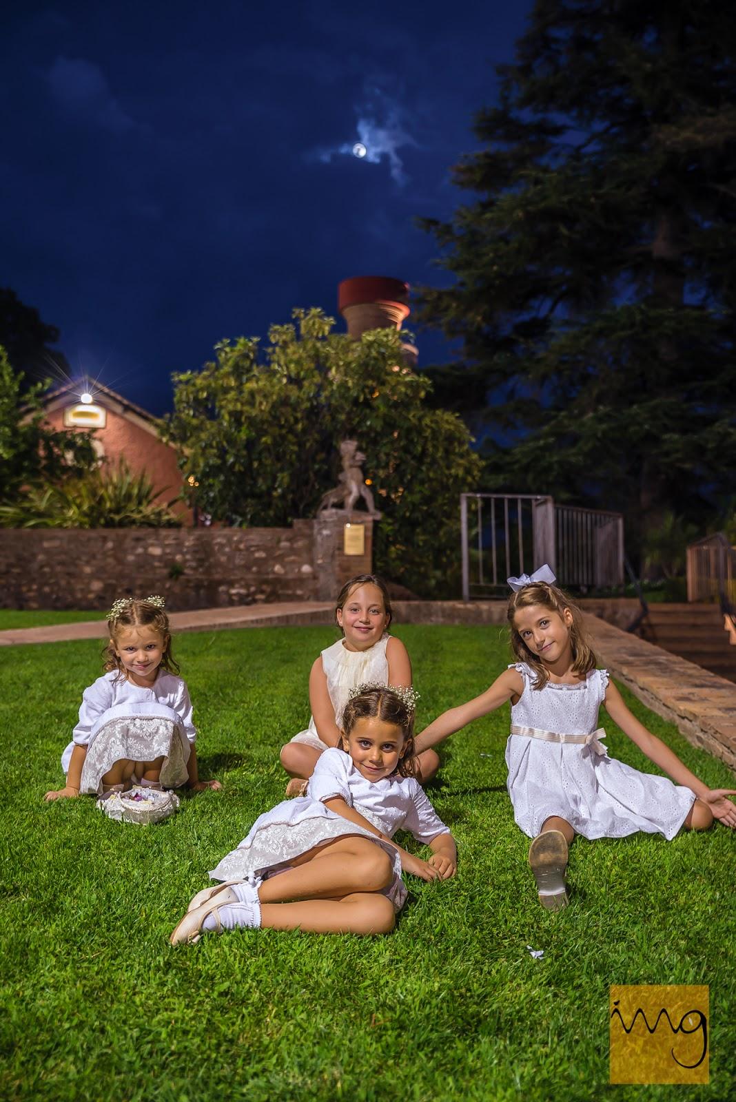 Fotografía nocturna de los niños de la boda