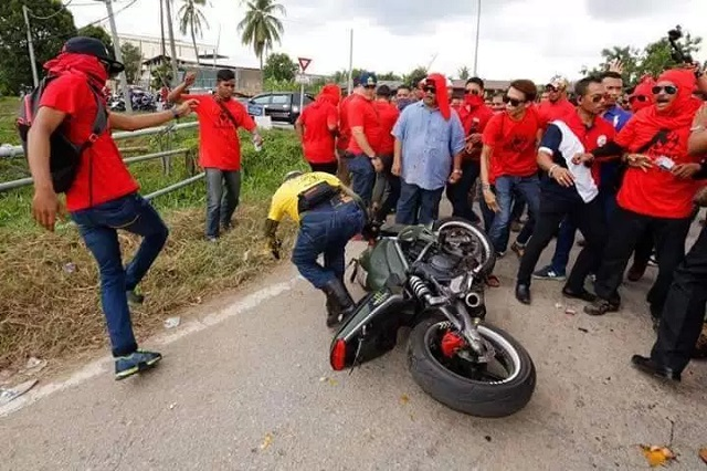 Biker BERSIH 5 Dikepung & Diterajang Kumpulan Baju Merah