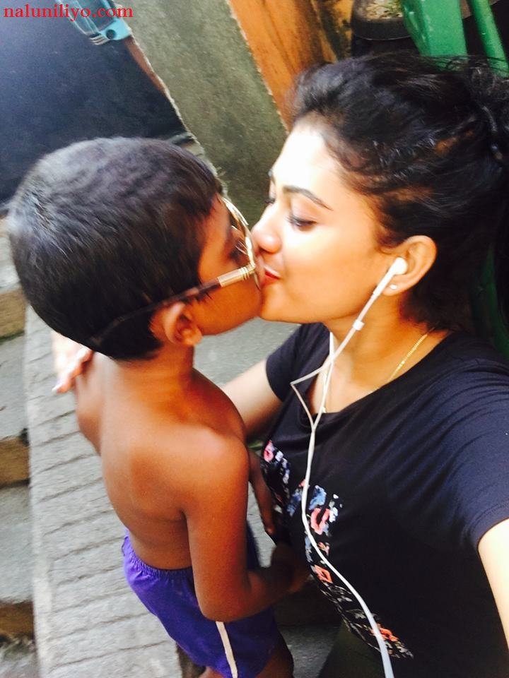 Piumi Hansamali kissing son hot