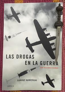 Portada del libro Las drogas en la guerra, de Lukasz Kamienski