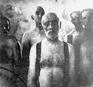 Um grupo de homens judeus aguardando a morte em uma camara de gas no campo de extermínio de chelmno na Polonia ocupada