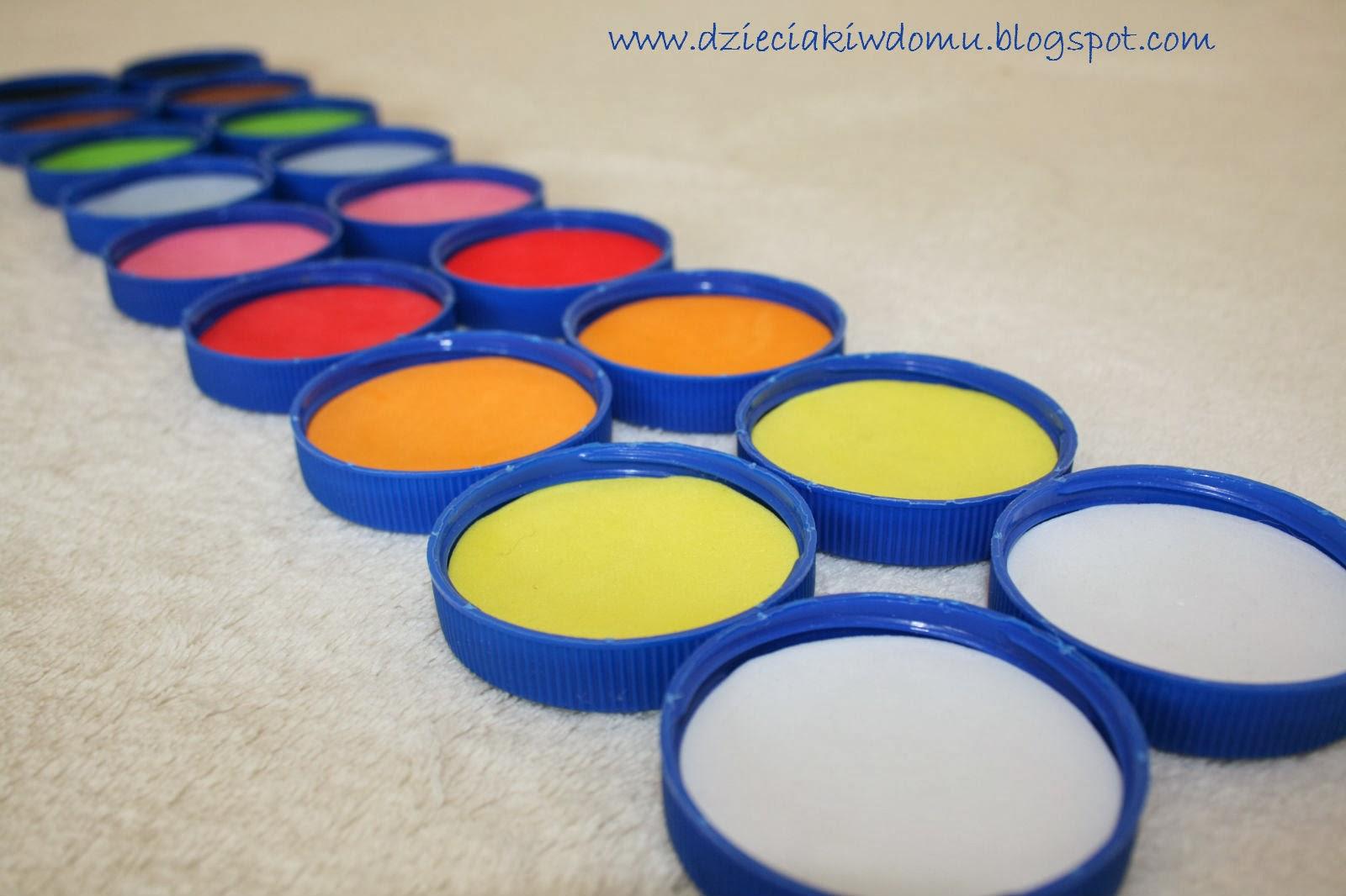 kolory, zabawa w kolory z dziećmi, kreatywne memory z nakrętek po butelkach