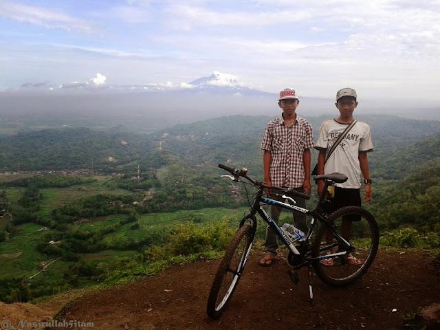 Dua remaja setempat yang menemaniku di puncak Becici