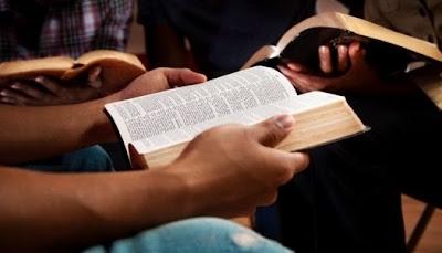 leer la Biblia en escuela