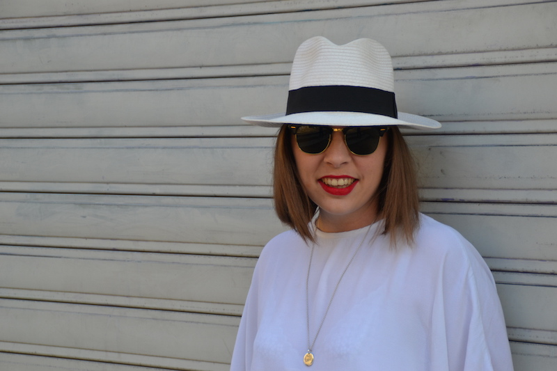 blouse blanche H&M, panama, medaille l'atelier d'amaya et clubmaster