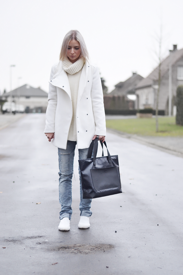 Mango white coat, Gina tricot white turtle neck, oversized, zara ripped jeans, boyfriend jeans, white slip ons, crocodile, marc by marc jacobs bag, casual outfit