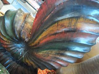 Talla de caracola en madera policromada, desembalaje de León, El baul de hojalata
