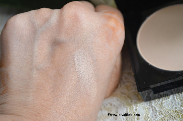 Maybelline Fit Me! Matte + Poreless Powder 230 Natural Buff Swatch