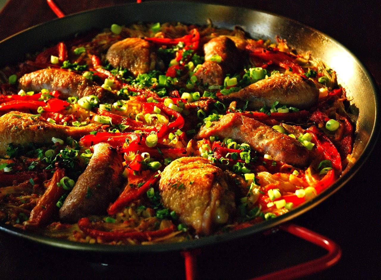 Немало ресторанов и баров предлагают традиционную и местную кухню.