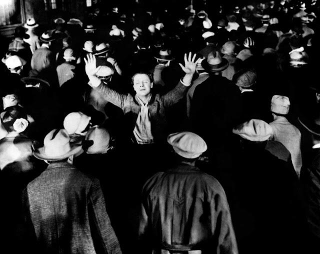 """Μόνος στο πλήθος. Από την ταινία """"The Crowd"""" του King Vidor"""