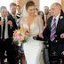 Συγκινεί ο παράλυτος πατέρας που συνόδευσε όρθιος την κόρη του στο γάμο της  (video+photo)