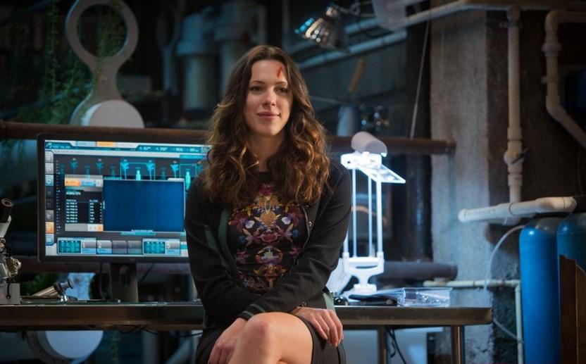 Foto mengecilkan paha dan bokong Artis Rebecca Hall kelihatan cantik dalam film Iron Man terbaru ilmuwan tercantik