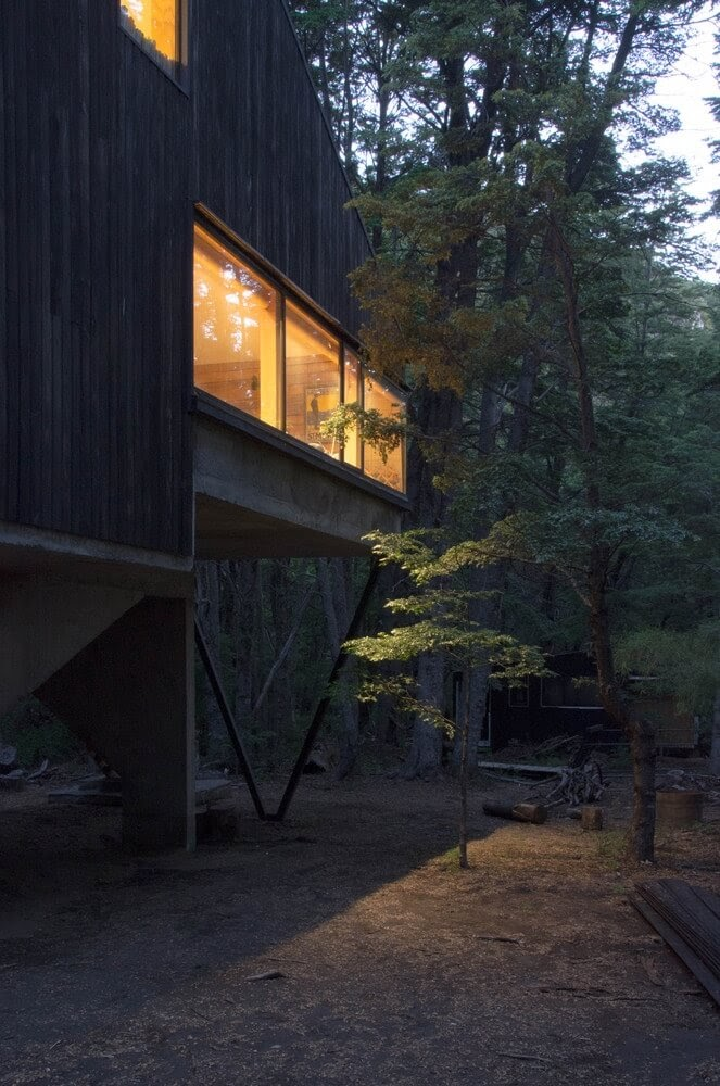 09-Night-Time-in-a-Cosy-Home-DRAA-Architects-Shangri-La-Cabin-Architecture-in-the-Woods-www-designstack-co