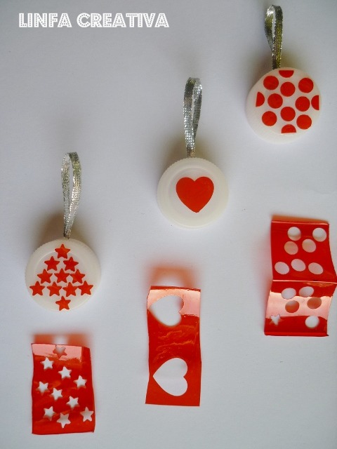 http://linfacreativa.blogspot.it/2012/12/mini-decorazioni-con-tappi-di-bottiglia.html