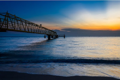 matahari terbenam di pantai puteri melaka